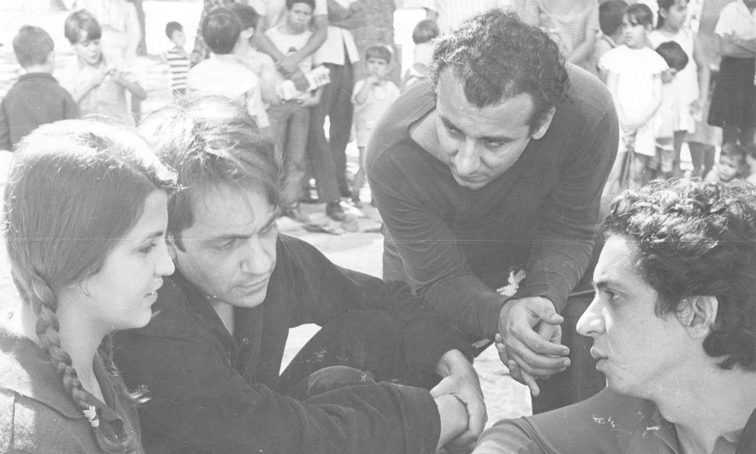 Em 1968, nas gravações de 'Edu, coração de leão', novamente com Leila Diniz e Paulo José. Na foto estão também o corroteirista Eduardo Prado e o próprio Domingos Foto: Divulgação