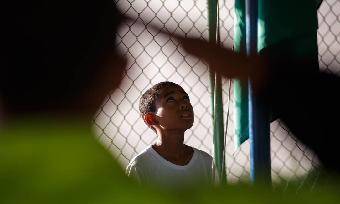 BRASIL - Brasilia, DF - 08/03/2019 - Arthur Moraes de Souza, aluno da 6 serie. Militares, alunos e professores participaram de cerimonia na quadra de esportes do Centro Educacional (CED) 1, da Cidade Estrutural. O colegio foi uma das quatro escolas do Distrito Federal que deram inicio a um projeto-piloto de gestao compartilhada de colegios pelas Secretarias de Educacao e da Seguranca Publica. Com a iniciativa, policiais militares cuidarao da organizacao disciplinar dos centros de ensino. Foto: Daniel Marenco Foto: Daniel Marenco / Agência O Globo