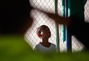 O aluno Arthur Moraes de Souza, da sexta série, em cerimônia na quadra de esportes do Centro Educacional (CED) 1, na periferia de Brasília, uma das unidades sob gestão compartilhada cívil e militar no DF Foto: Daniel Marenco / Agência O Globo