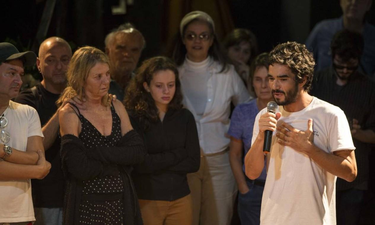 O ator Caio Blat homenageia Domingos Oliveira em velório Foto: Guito Moreto / Agência O Globo