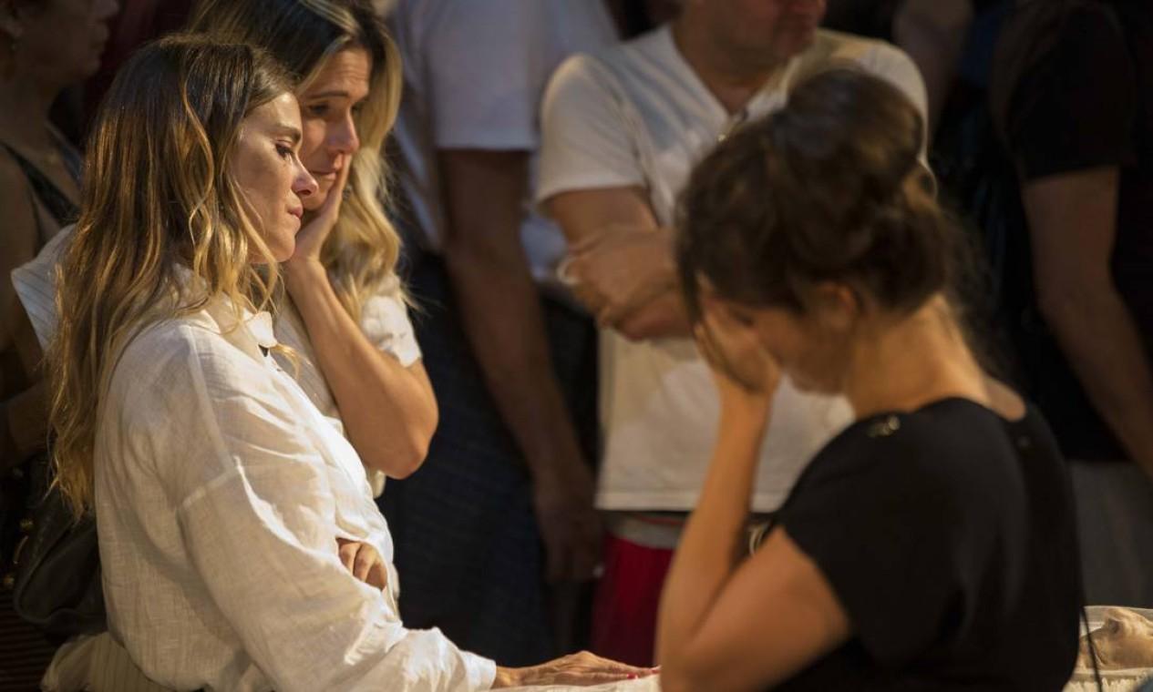 Carolina Dieckmann e Ingrid Guimarães se despedem de Domingos Oliveira Foto: Guito Moreto / Agência O Globo