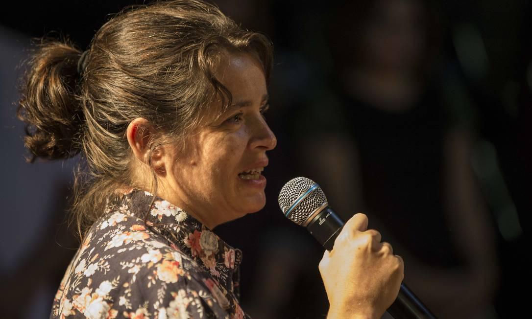 Maria Mariana, filha de Domingos Oliveira, homenageou o pai no velório Foto: Guito Moreto / Agência O Globo