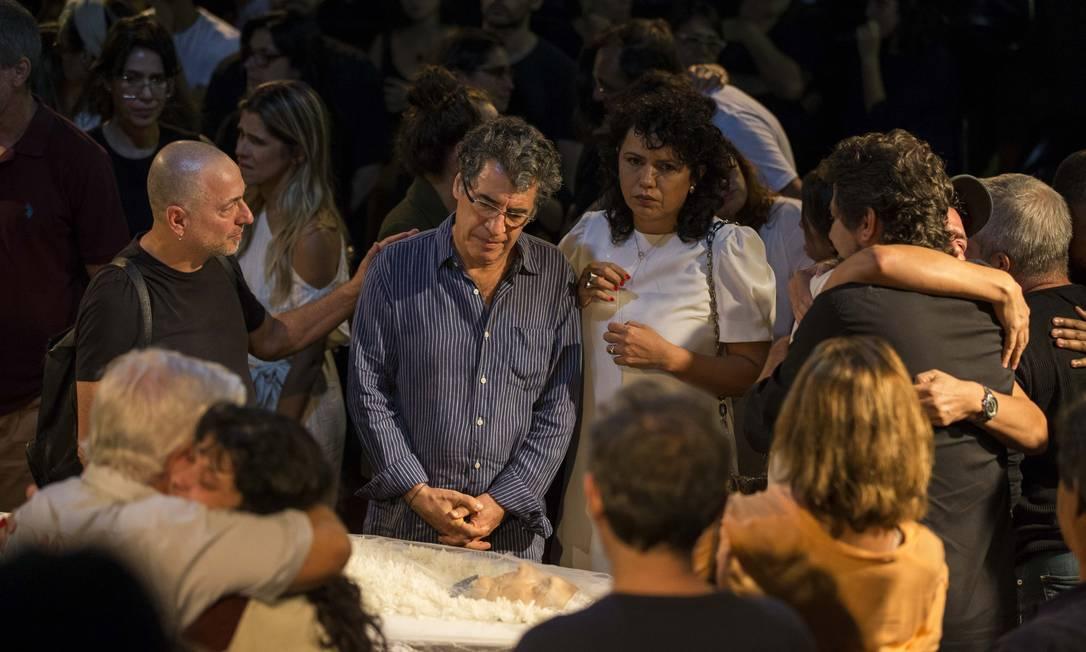 O ator Paulo Betti se despede de Domingos Oliveira Foto: Guito Moreto / Agência O Globo