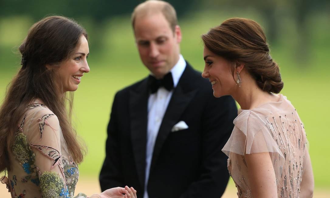 William entre Kate e Rose Cholmondeley, em 2016 Foto: Stephen Pond / Getty Images