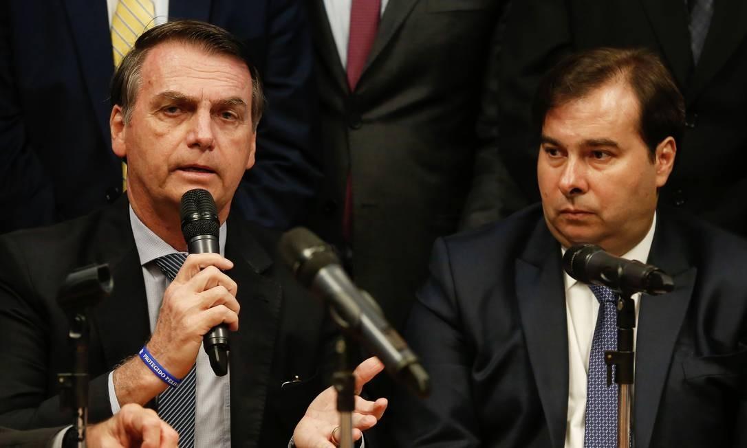 O presidente Jair Bolsonaro ao lado de Rodrigo Maia Foto: CAROLINA ANTUNES / AFP
