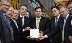 Bolsonaro, Maia e Guedes no dia da entrega do texto da reforma: equipe do ministro da Economia vai atuar para apaziguar os ânimos. Foto: Luis Macedo / Agência O Globo