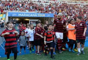 Entrada de Gabigol no gramado do Maracanã Foto: Alexandre Vidal/Flamengo