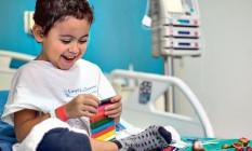 João Paulo, que tem 6 anos e passou por um transplante de rim em dezembro brinca com as massinhas que ganhou Foto: Guito Moreto / Agência O GLOBO