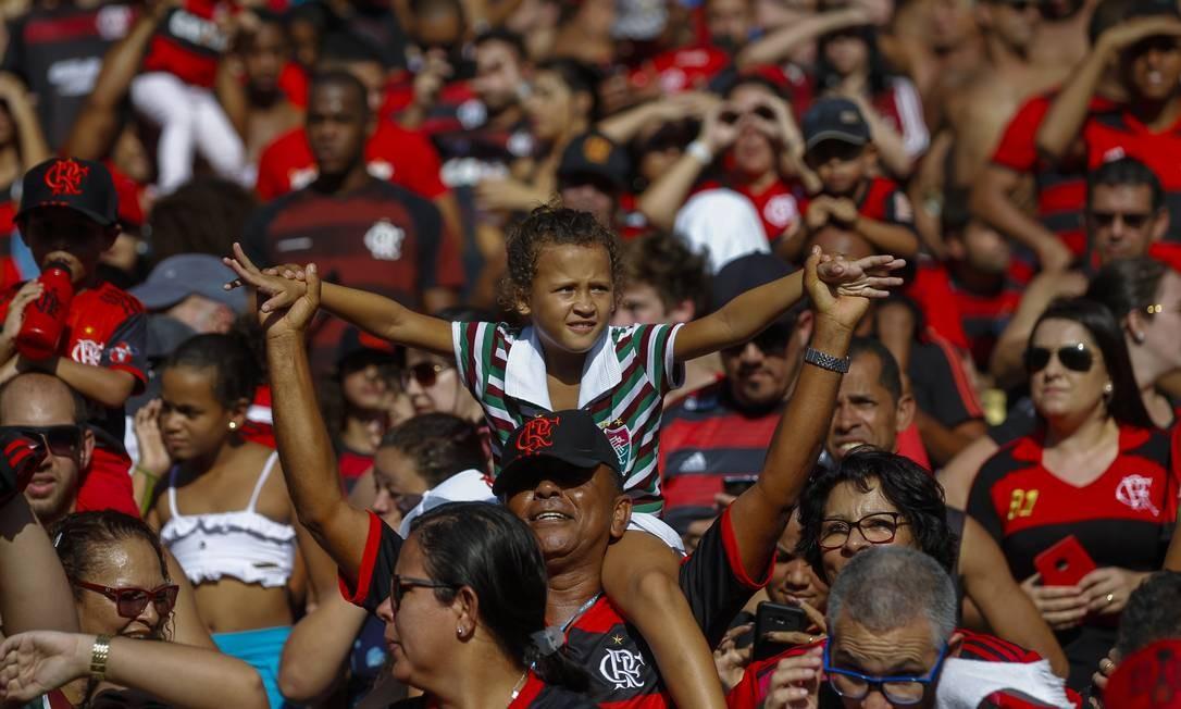 Laís foi fotografado nos ombros do avô, em meio a uma multidão de rubro-negros Foto: Alexandre Cassiano / Agência O Globo