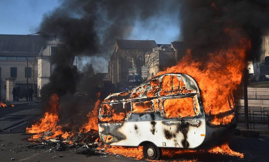Um trailer foi incendiado quando feirantes entraram em conflito com policiais que protegem o acesso à prefeitura em Le Mans, na França Foto: JEAN-FRANCOIS MONIER / AFP