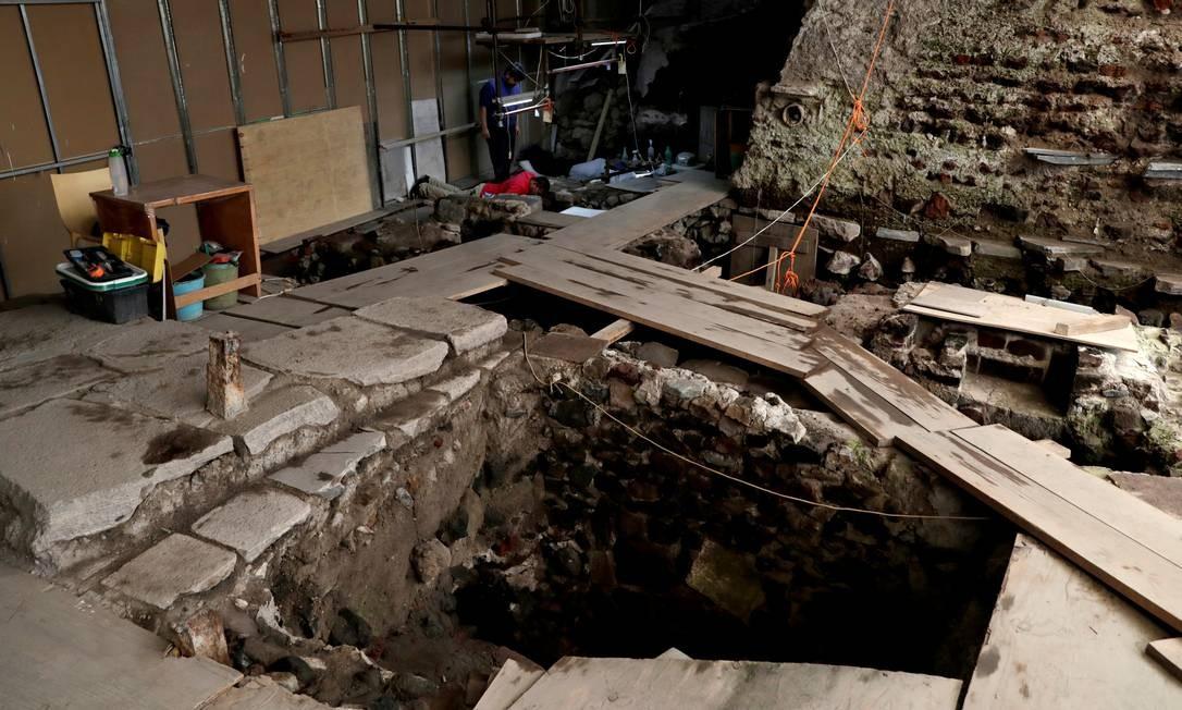 Arqueólogos do Instituto Nacional de Antropologia e História do México trabalham em um local de mais de 500 anos, onde uma oferenda – um local de sacrifícios – Asteca foi encontrada Foto: HENRY ROMERO / REUTERS
