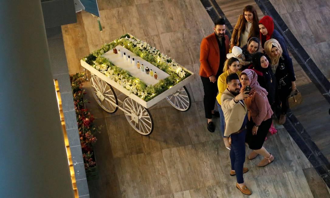 De volta à normalidade: uma família iraquiana faz selfie durante um passeio ao Centro de Bagdá Foto: STRINGER / REUTERS