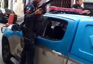 O PM aponta o fuzil em direção ao grupo de pessoas Foto: Reprodução de vídeo