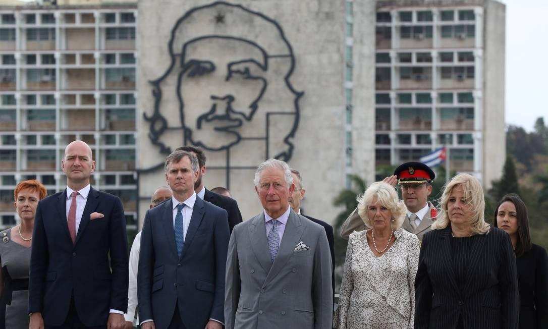 """Príncipe Charles e sua esposa, Camilla, durante a primeira viagem da realeza britânica a Cuba, participam de uma cerimônia, tendo ao fundo uma imagem de Ernesto """"Che"""" Guevara Foto: ALEXANDRE MENEGHINI / REUTERS"""
