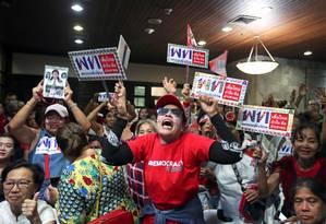 Apoiadores do partido Pheu Thai comemoram resultados não oficiais de eleições gerais Foto: ATHIT PERAWONGMETHA / REUTERS