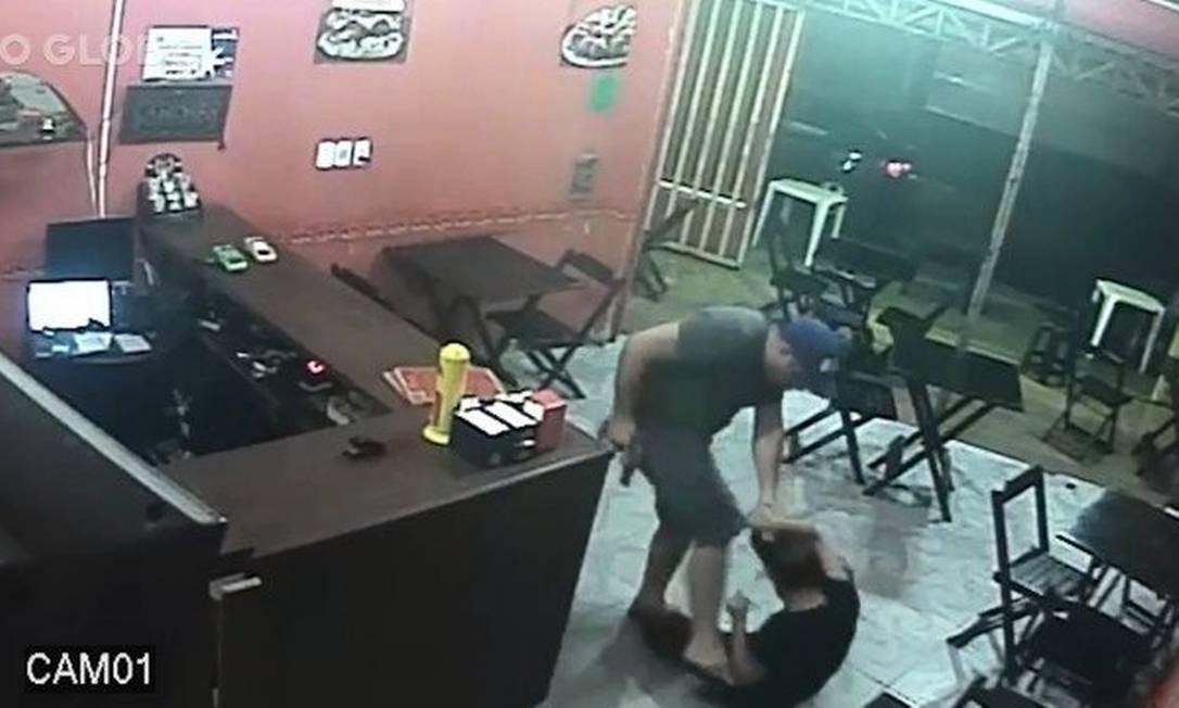 Câmeras de segurança mostram PM arrastando funcionária pelos cabelos Foto: Reprodução