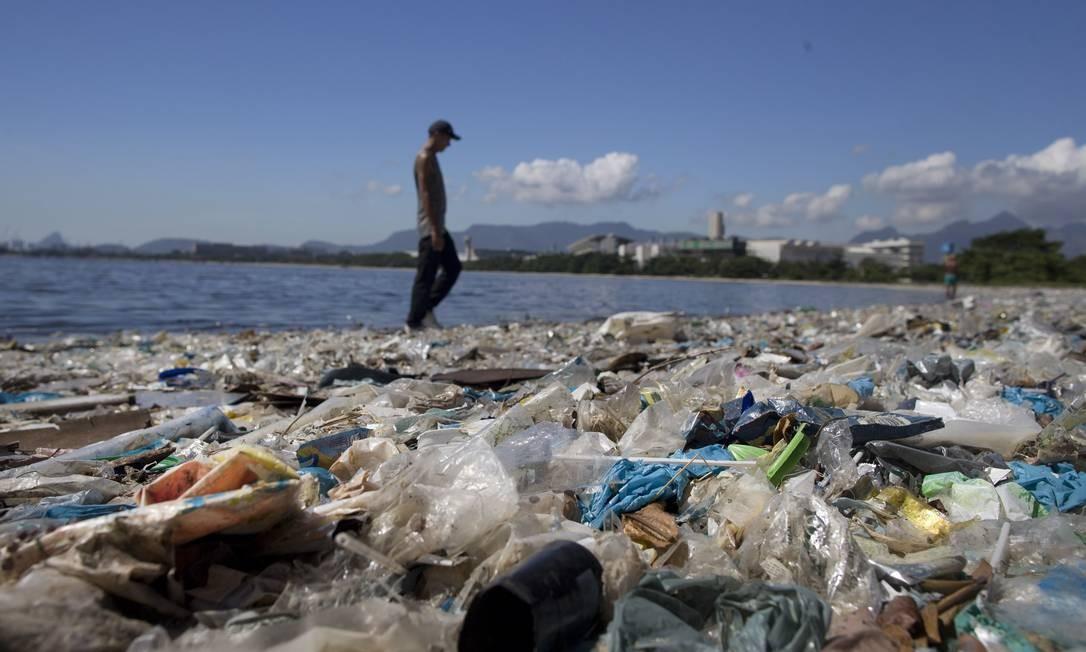 Praia localizada atrás da Escola de Educação Física da UFRJ, no Fundão, tomada pelo lixo em foto de fevereiro de 2017. Brasil é o quarto maior produtor de lixo plástico do mundo, reciclando apenas 1,2% do material gerado Foto: Márcia Foletto / Agência O Globo