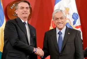 Os presidentes Jair Bolsonaro e Sebastián Piñera se cumprimentam após encontro em Santiago, no Chile Foto: RODRIGO GARRIDO / REUTERS