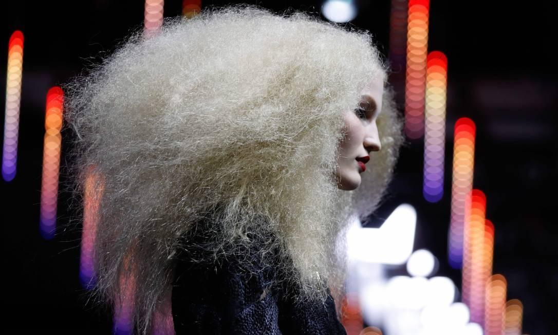 """Uma modelo apresenta uma criação para L'Oreal durante o show """"La French - Art Of Hair Coloring"""", em Paris Foto: FRANCOIS GUILLOT / AFP"""