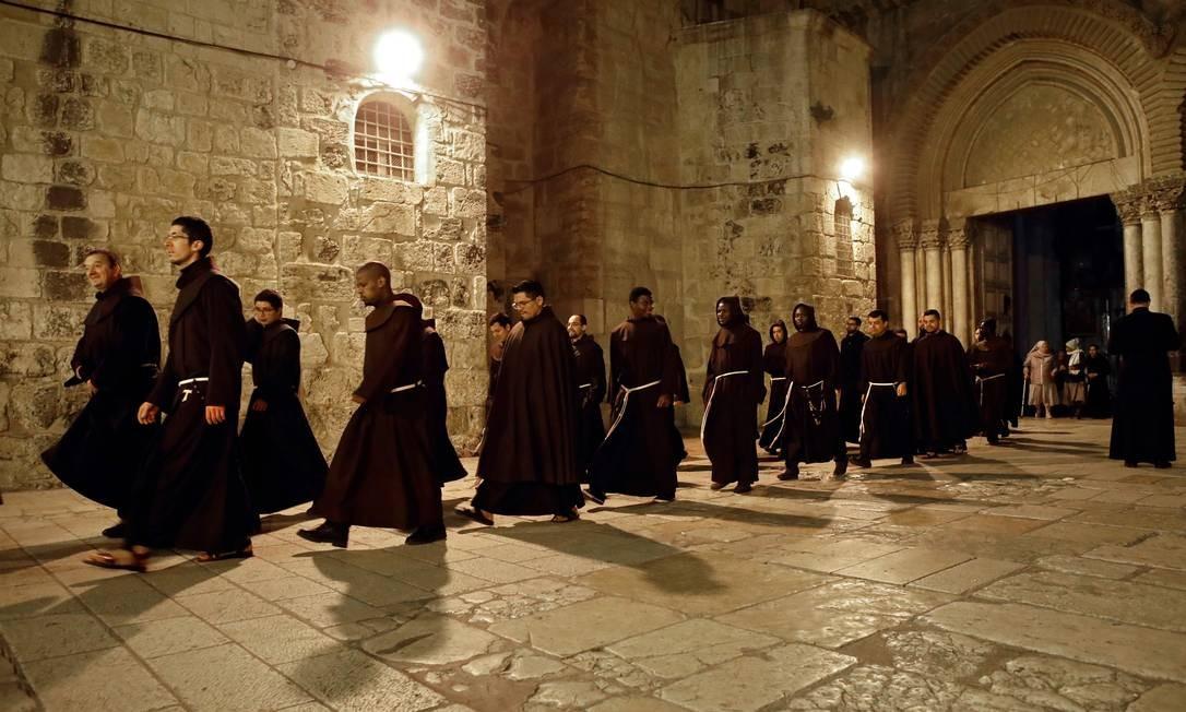 Frades franciscanos deixam a Igreja do Santo Sepulcro, tradicionalmente conhecido como o local da crucificação, sepultamento e ressurreição de Jesus, na oração da Cidade Velha de Jerusalém Foto: THOMAS COEX / AFP