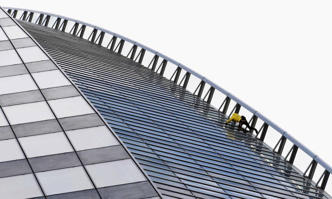 Alain Robert, o alpinista urbano francês apelidado de Homem-Aranha, sobe o prédio da Engie, no distrito comercial de La Defense, em Paris Foto: BERTRAND GUAY / AFP