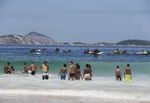 Marinha notificou 15 embarcações na orla da Praia de Ipanema neste domingo Foto: Domingos Peixoto / Agência O Globo