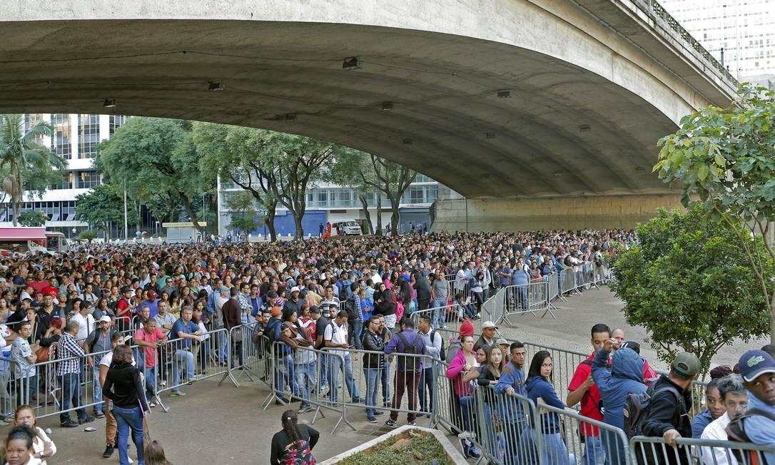 Desempregados formam fila quilométrica para concorrer a uma vaga em mutirão do emprego, em São Paulo Foto: Edilson Dantas - Agência O Globo