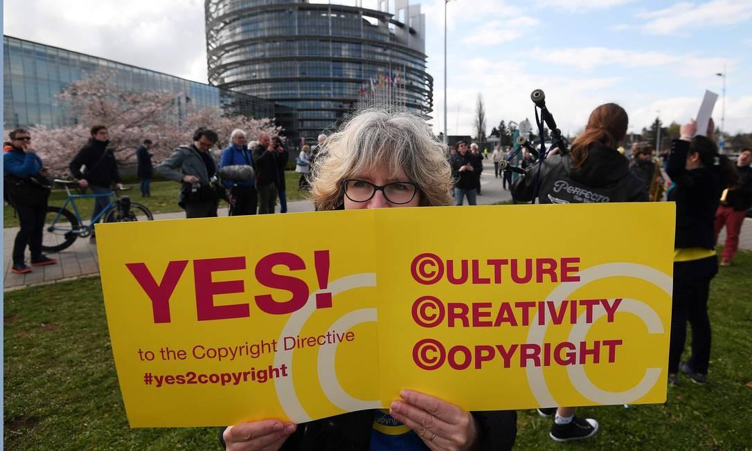 Manifestantes pediram pela aprovação da revisão na lei de direitos autorais, que protege a conteúdos criativos Foto: FREDERICK FLORIN / AFP
