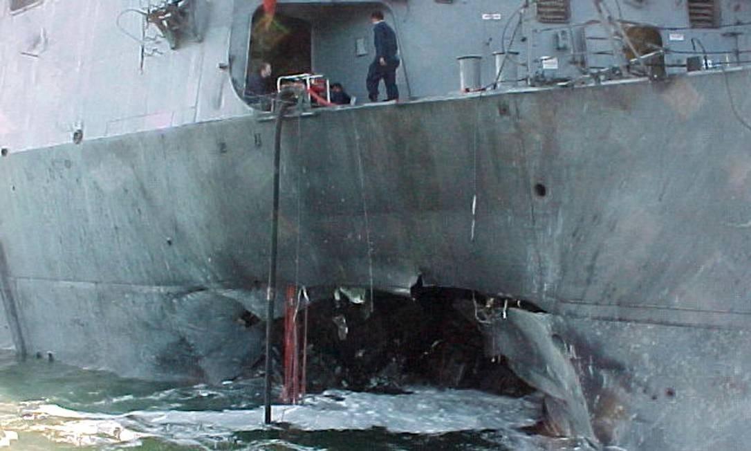 Foto de 12 de outubro de 2000 mostra parte de embarcação militar dos EUA danificada em ataque da al-Qaeda Foto: AFP/12-10-2000