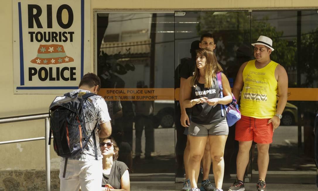 Turistas sulamericanos assaltados em uma van prestam depoimento da DEAT , no Leblon Foto: Gabriel de Paiva / Agência O Globo