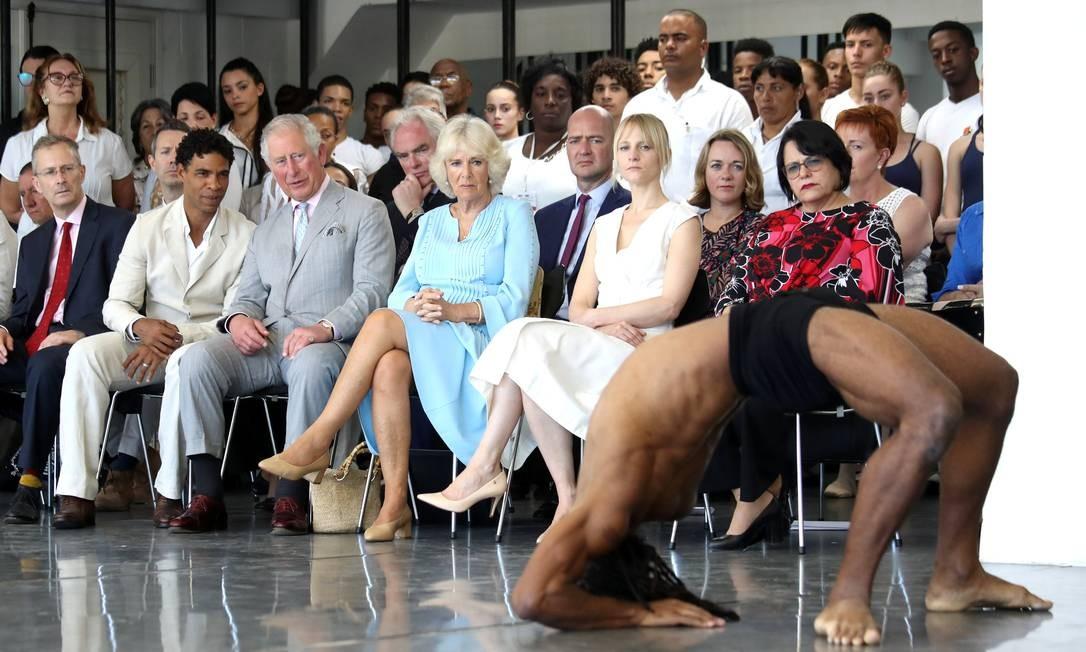 Charles e Camilla Parker Bowles, acompanhados de Carlos Acosta, assistem a uma apresentação durante visita à Companhia de Dança Acosta, em Havana Foto: POOL / REUTERS