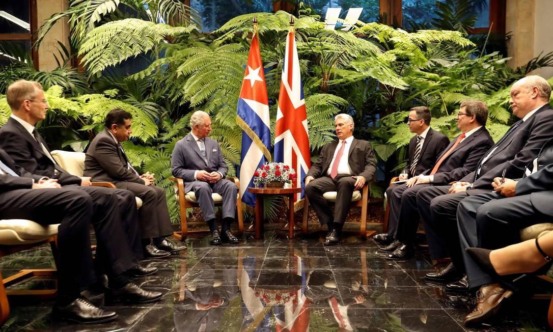 O presidente de Cuba, Miguel Díaz-Canel, e o príncipe Charles, da Grã-Bretanha, junto com os membros de suas delegações, durante uma reunião no Palácio da Revolução, em Havana, nesta segunda-feria (25). O príncipe Charles e sua esposa, a duquesa da Cornualha, fazem a primeira visita real a Cuba comunista, em um momento em que Washington está tentando aumentar as sanções contra a ilha Foto: ERNESTO MASTRASCUSA / AFP
