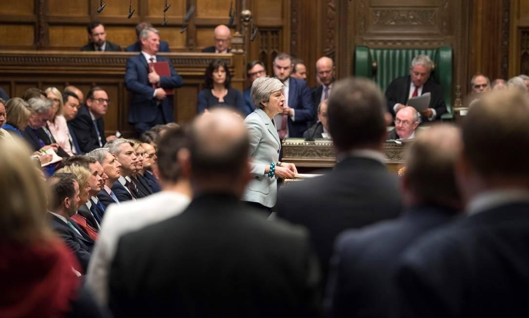 A primeira-ministra britânica, Theresa May, discursa na Câmara dos Comuns, em Londres, nesta segunda-feira (25), defendendo os próximos passos do parlamento no processo do Brexit. May admitiu que ainda não conseguiu os votos necessários para conseguir o acordodo Brexit no parlamento, levantando novamente a perspectiva de que a Grã-Bretanha possa sair da União Europeia dentro de duas semanas Foto: MARK DUFFY / AFP