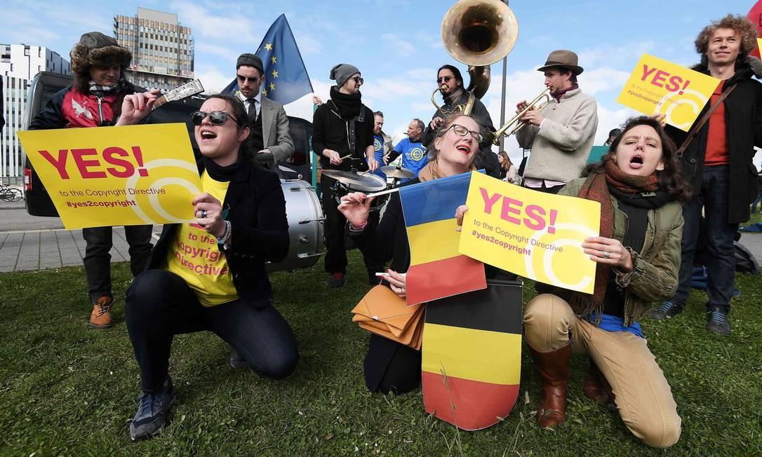 Manifestantes em Estrasburgo, no leste da França, em ato realizado antes da votação do Parlamento Europeu, que aprovou nesta terça-feira (26), por 348 votos a favor e 274 contrários, a Copyright Directive (Diretiva de Direitos Autorais). Com a mudança nas leis de direitos autorais para a internet, as grandes empresas de tecnologia passam a ter de pagar aos produtores de conteúdo e instalar filtros para bloquear material protegido Foto: FREDERICK FLORIN / AFP