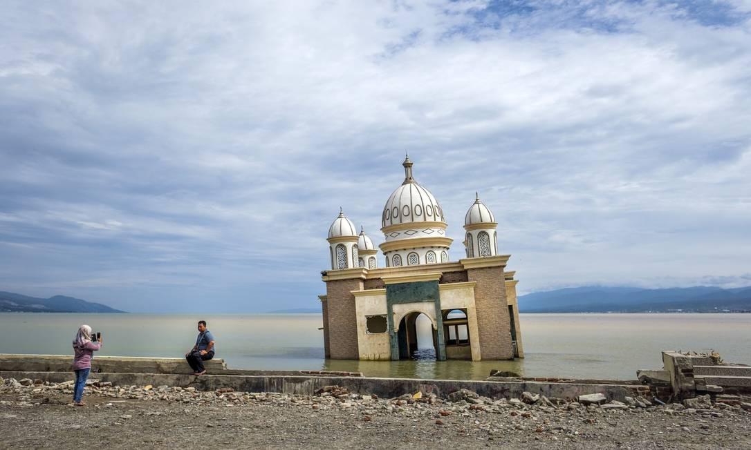 Foto tirada em 1º de março mostra uma mesquita danificada em Palu, no centro de Celebes, na Indonésia. Milhares de crianças indonésias ainda vivem em abrigos improvisados seis meses depois que um tsunami devastador atingiu a cidade, enquanto as autoridades continuam a lidar com uma recuperação dolorosamente lenta. O terremoto de magnitude 7,5 e o subsequente tsunami destruíram parte de Palu, em 28 de setembro, matando cerca de 4.300 pessoas Foto: HANDOUT / AFP