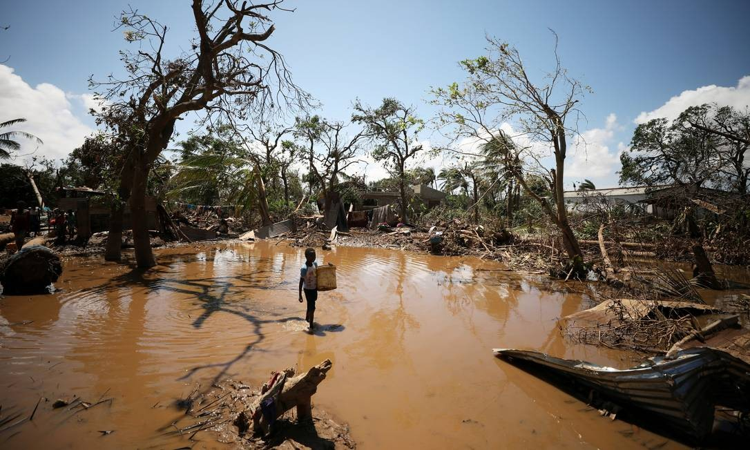 Criança caminha entre destroços deixados pelo ciclone Idai perto de Beira, uma das cidades mais atingidas de Moçambique Foto: MIKE HUTCHINGS / REUTERS