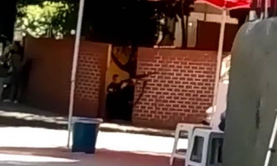 Na Praça Corumbá, no acesso ao Dona Marta, policial aponta arma para a favela Foto: Reprodução redes sociais