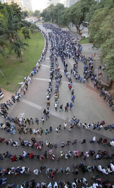 A fila de desempregados dava voltas e voltas. As pessoas chegaram um dia antes para garantir uma senha para concorrer a uma vaga Foto: Edilson Dantas / Agência O Globo