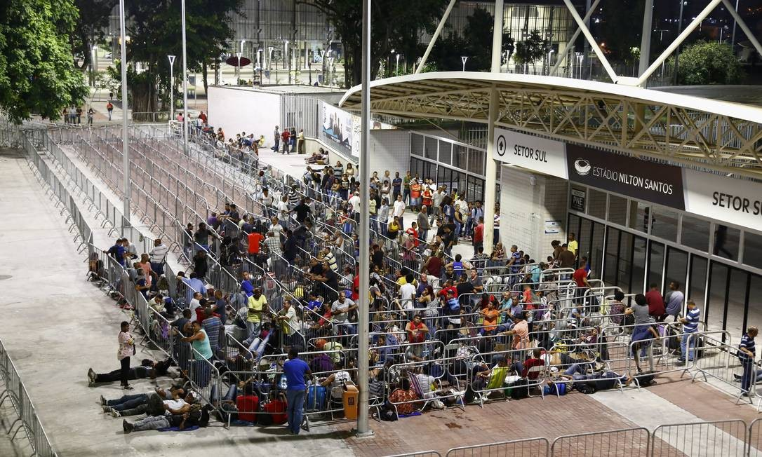 Fila para o Feirão de Emprego que ocorre todos os anos, em maio, no estádio do Engenhão, Zona Norte do Rio Foto: Uanderson Fernandes / Agência O Globo