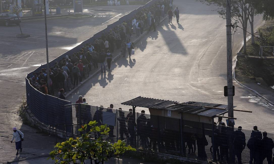 De acordo com o IBGE, a taxa de desemprego ficou em 12,4% no trimestre encerrado em fevereiro, quando 13,1 milhões de pessoas buscavam uma vaga Foto: Marcos de Paula / Agência O Globo