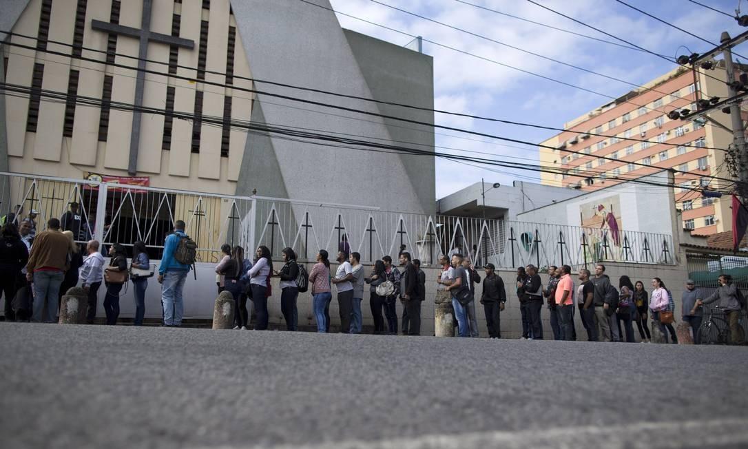 Mutirão de emprego da ONG Gerando Vidas. Vale tudo: mototáxi, trem, caminhada e 17 horas de espera por uma vaga de emprego Foto: Márcia Foletto / Agência O Globo