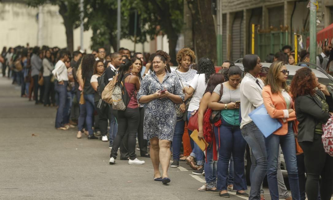 Fila de emprego para uma vaga no telemarketing da empresa Dasa, na rua de Santana, Cidade Nova, no Rio Foto: Gabriel de Paiva / Agência O Globo