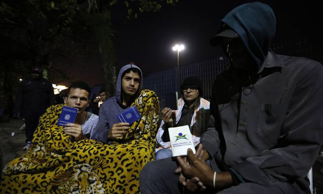 Para tentar se cadastrar a uma vaga, desempregados chegam no dia anterior e passam a madrugada para garantir lugar na fila e obter uma senha Foto: Marcos de Paula / Agência O Globo