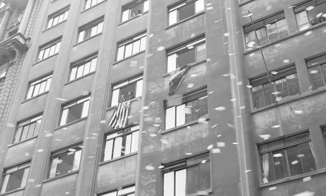 Chuva de papéis picados nas ruas do centro do Rio de Janeiro. Parte da população que apoiava a tomada do poder pelos militares comemora Foto: Agência O Globo