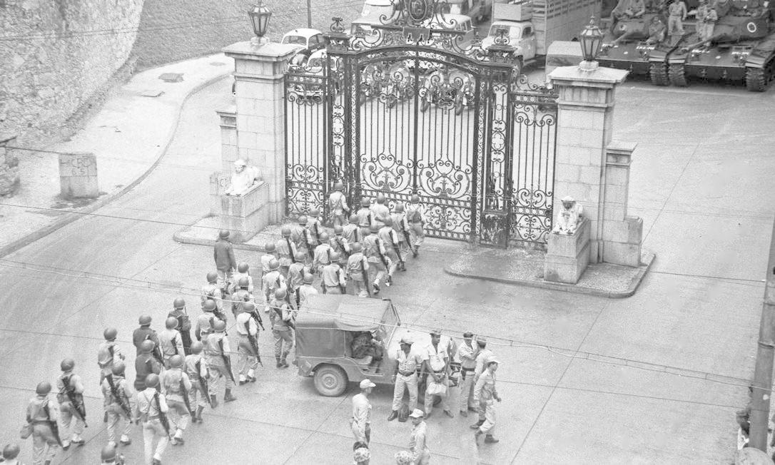 Soldados do Exército enfileirados em frente ao portão de entrada do Parque Guinle, onde fica localizado o Palácio da Laranjeiras Foto: Agência O Globo