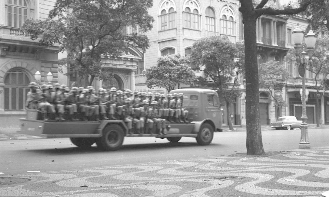 Caminhão leva soldados para a Cinelândia Foto: Agência O Globo