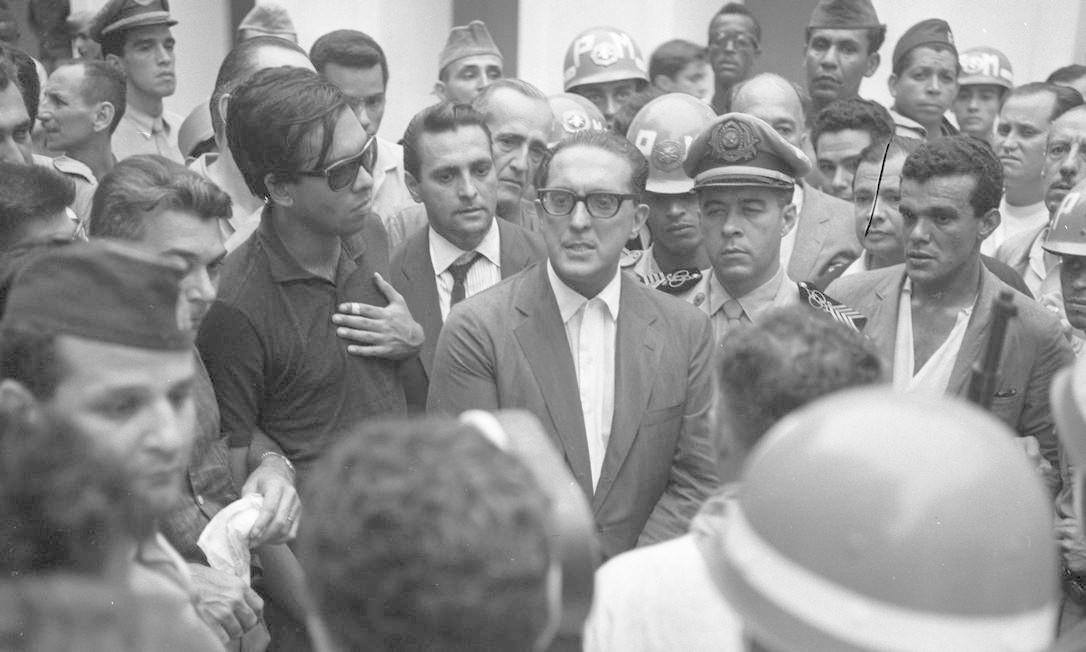 Carlos Lacerda, então governador da Guanabara, em meio aos militares. Político foi um dos principais articuladores do golpe de 1964, mas voltou-se contra o regime em 1966 Foto: Agência O Globo
