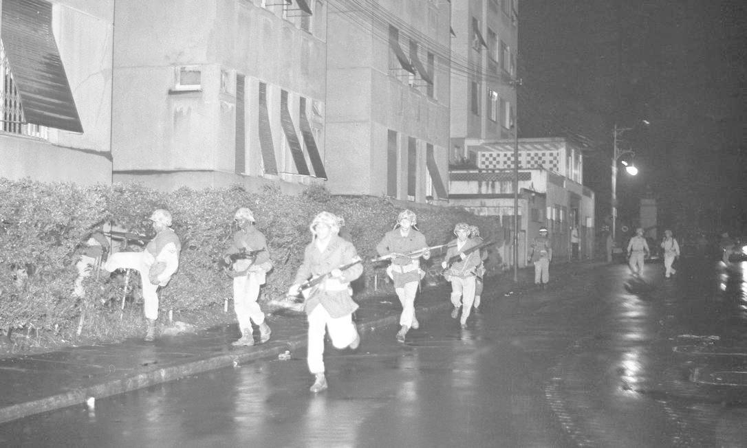 Soldados armados do Exército na Rua Gago Coutinho, em Laranjeiras, em frente ao Parque Guinle, onde fica o Palácio Laranjeiras Foto: Agência O Globo