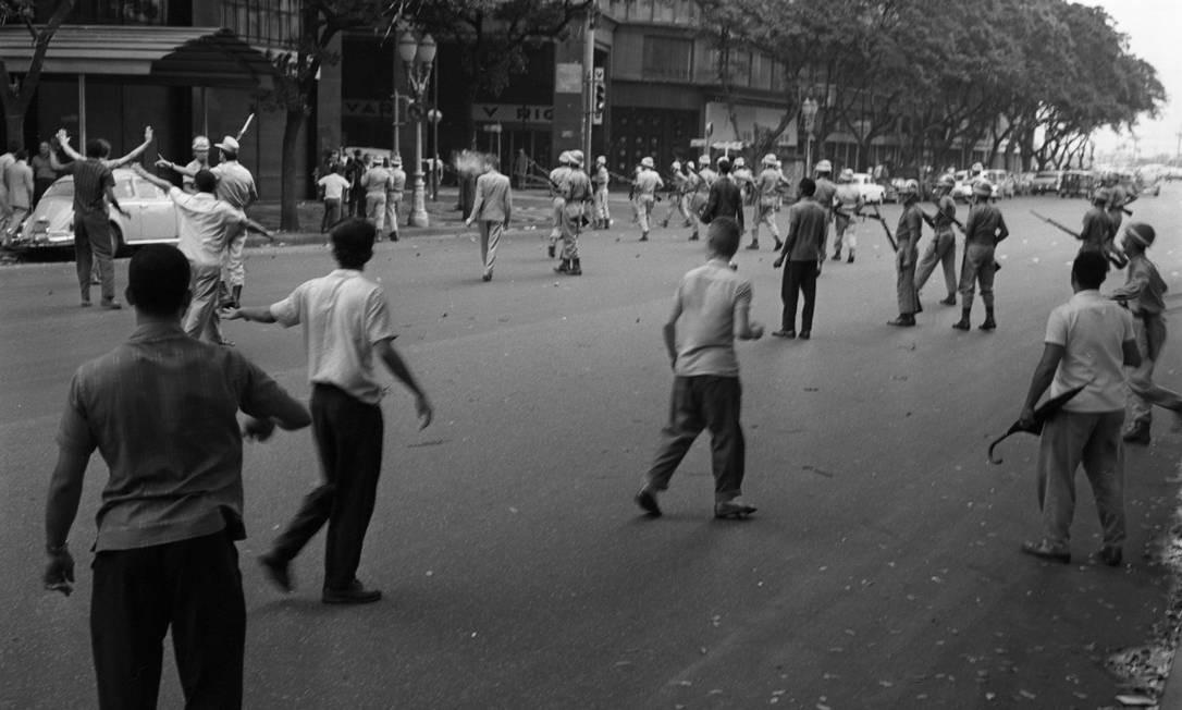 Soldados cercam um grupo de manifestantes na Avenida Rio Branco, perto da Cinelânida Foto: Agência O Globo