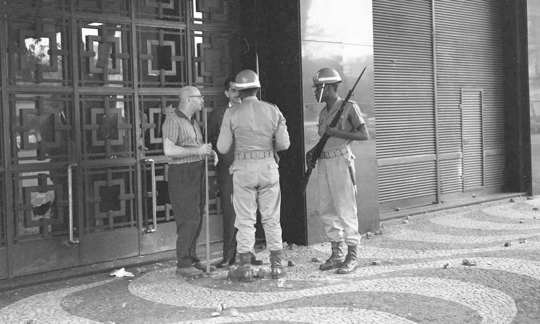 Soldados armados nas ruas do Rio de Janeiro Foto: Agência O Globo